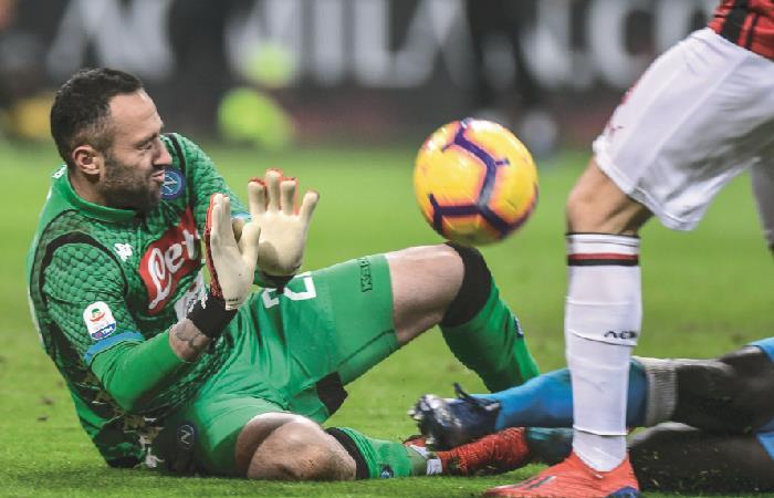 David Ospina fue titular y figura en el empate de Nápoli ante Milán [VIDEO]