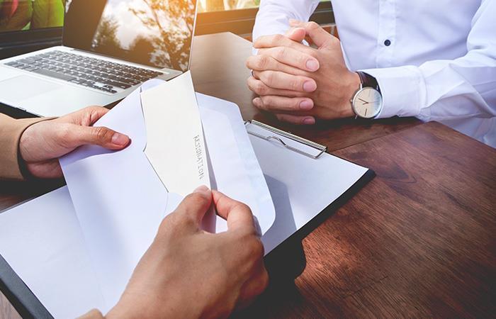 Evita cualquier discusión o hablar con tus compañeros sobre tu salida. Foto: Shutterstock