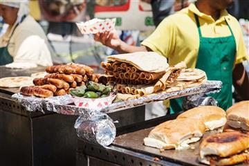 Bastante alto es el riesgo de un buen dolor estomacal si consumes alimentos en la calle