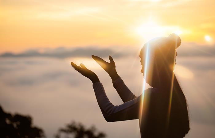 Dios, por favor, dame paz, amor y una silla en este día. Foto: Shutterstock