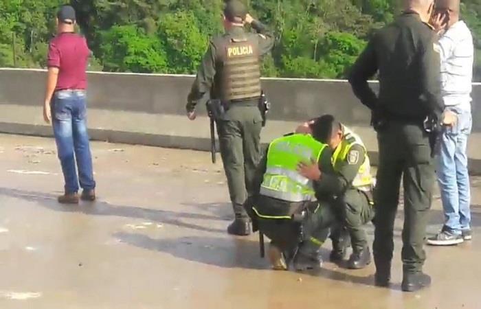 Policías en duelo tras el salto de la mujer. Foto: Twitter