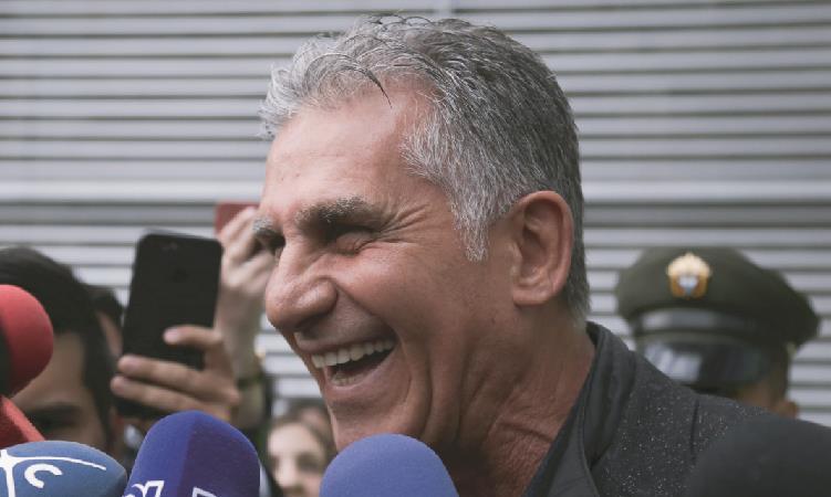 Carlos Queiroz en su llegada al Aeropuerto Internacional El Dorado. Foto: EFE