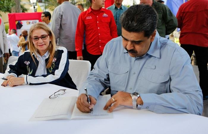 Nicolás Maduro firmando la misiva, junto con su esposa, Cilia Flores. Foto: Twitter