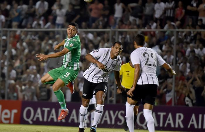 Omar Duarte perdió varias oportunidades de gol ante Libertad. Foto: AFP