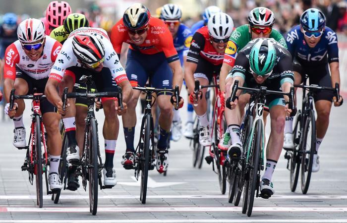Fernando Gaviria (D) en el embalaje de la última etapa del Tour de los Emiratos. Foto: AFP