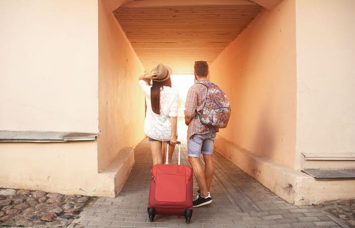 Esta web busca a dos desconocidos para viajar por el mundo con todos los gastos pagos