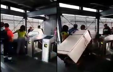 [Video] Polémica por hombre que entró a TransMilenio con una nevera