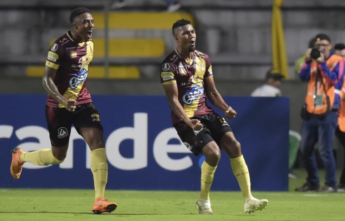Danovis Banguero (D) celebra el gol ante Paranaense en Copa Libertadores. Foto: AFP