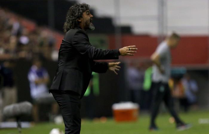 Leonel Álvarez sale de la dirección técnica de Libertad. Foto: EFE