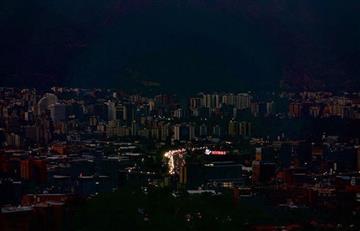 Venezuela sumida en un apagón de más de 30 horas, y chavismo y oposición marcharán