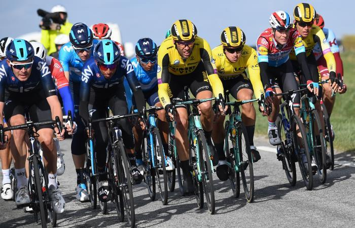 Egan Bernal (Team Sky derecha) en la segunda etapa de la París - Niza. Foto: AFP
