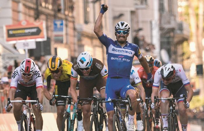 Julian Alaphilippe en el sprint final de la Milán San Remo. Foto: AFP