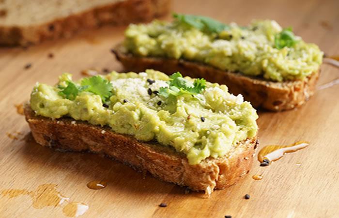 Tostada saludable de desayuno con aplastamiento de aguacate. Foto: Shutterstock