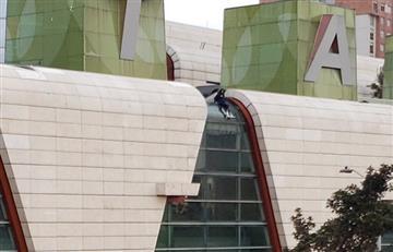 [VIDEO] Así fue el momento en el que joven se lanzó del centro comercial Titán Plaza, en Bogotá