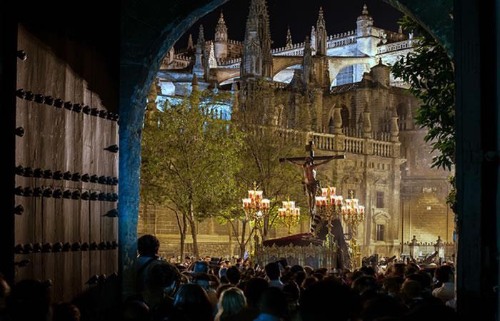 Procesión en la Plaza del Triunfo en Semana Santa, Sevilla. Foto: Shutterstock