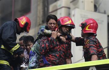 [VIDEO] Personas se lanzan de edificio en llamas en Bangladesh