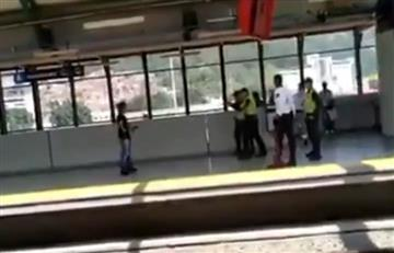 [VIDEO] Así fue la 'lucha' entre un hombre, con un cuchillo, y policías en el Metro de Medellín