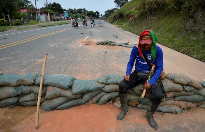 Indígena sentado en una de las barricadas que bloqueaban la Vía Panamericana. Foto: AFP