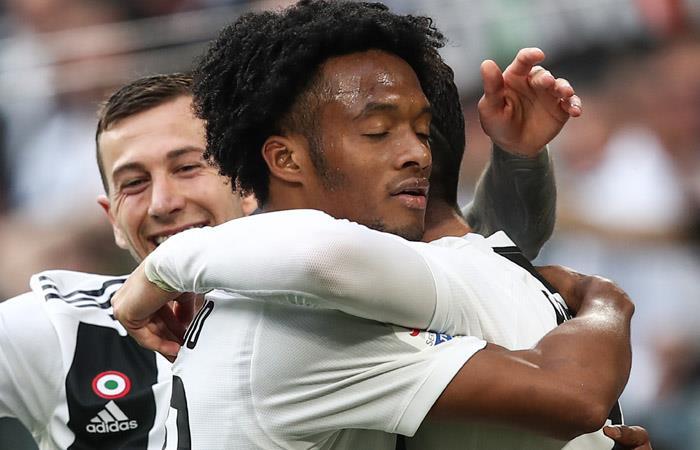 Cuadrado celebra con sus compañeros el gol de Juventus ante Fiorentina. Foto: AFP