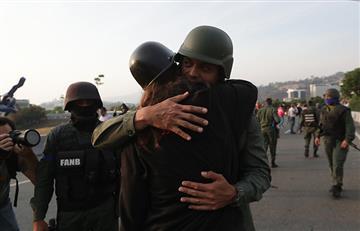 ¡Es tu momento Venezuela! Bajan de tanqueta a militares que apoyaban al Gobierno de Maduro