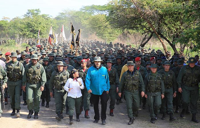Nicolás Maduro en medio de la denominada