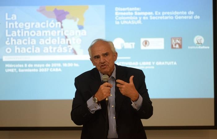 Ernesto Samper, durante un conversatorio sobre política latinoamericana e integración, en Buenos Aires. Foto: EFE