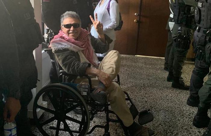 Santrich, tras llegar a la audiencia de imputación de cargos en Bogotá. Foto: Twitter