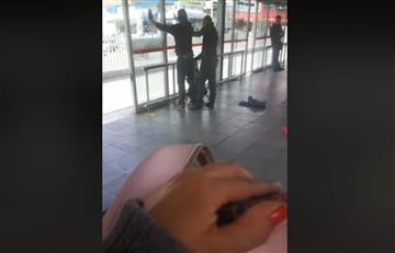 El vídeo de un polícia requisando en el Transmilenio se hizo viral