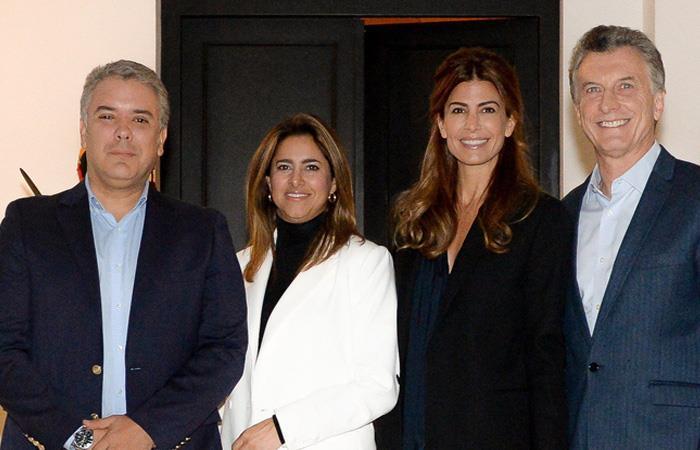 Iván Duque y Mauricio Macri, con sus respectivas esposas, tras la llegada del mandatario colombiano a Argentina. Foto: Twitter