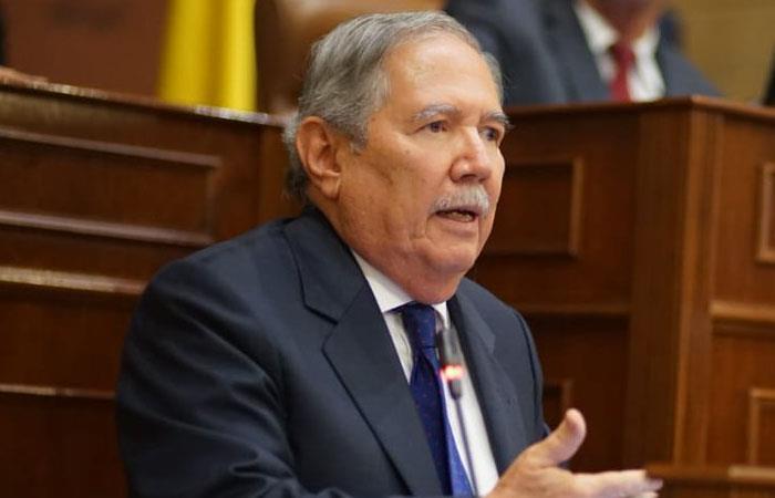 Ministro de Defensa gana moción de censura en su contra