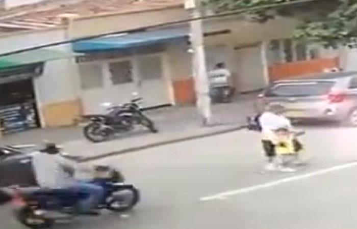 Motociclista atropelló a anciana y niño en Cali