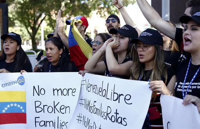 Venezolanos protestaron ante la Asamblea de la OEA, en Medellín