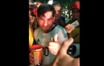 [VIDEO] ¿Celebrando? Luego de la eliminación, 'Lionel Messi' festeja con aficionados
