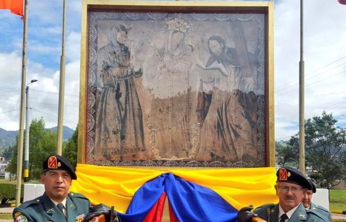 Desfile con la pintura de la Virgen de Chiquinquirá, durante los festejos por el centenario de su coronación. Foto: Twitter