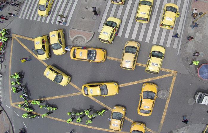 Escena que muestra lo sucedido durante el paro de taxistas en Colombia. Foto: Twitter