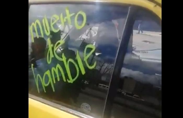 Así quedó el taxi de uno de los conductores que no se unió al paro. Foto: Twitter