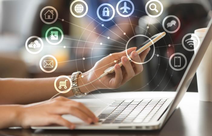 Persona aprendiendo sobre las Tecnologías de la Información y las Comunicaciones. Foto: Shutterstock