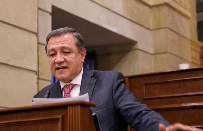 Procuraduría abre investigación preliminar a Ernesto Macías