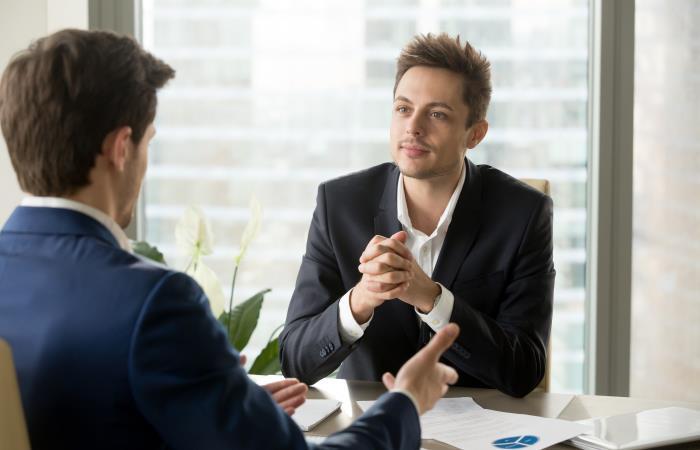 Joven en una entrevista de empleo. Foto: Shutter Stock