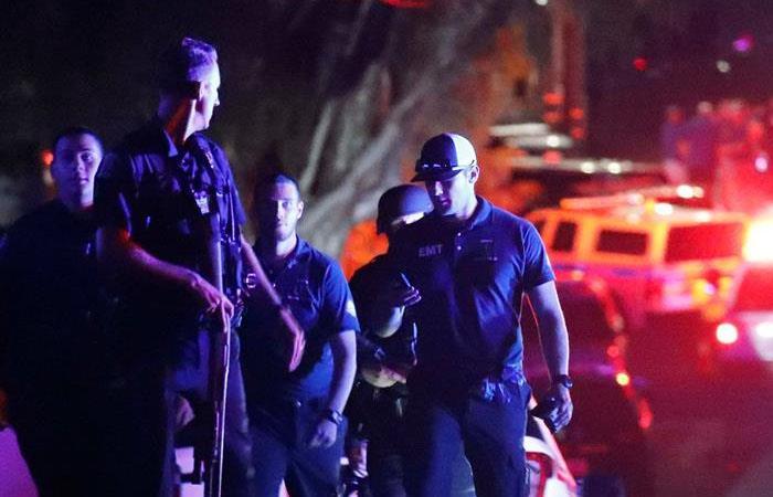 Un grupo de policías permanece situado en la entrada del Christmas Hilla Park, donde se celebra el Festival del Ajo de la localidad de Gilroy, en California. Foto: EFE