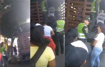 Policía lanza un puño a una mujer mientras defendía a su hijo