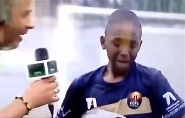 [VIDEO] ¡Cuánta humildad! Niño rompe en llanto cuando dedica un gol en plena entrevista