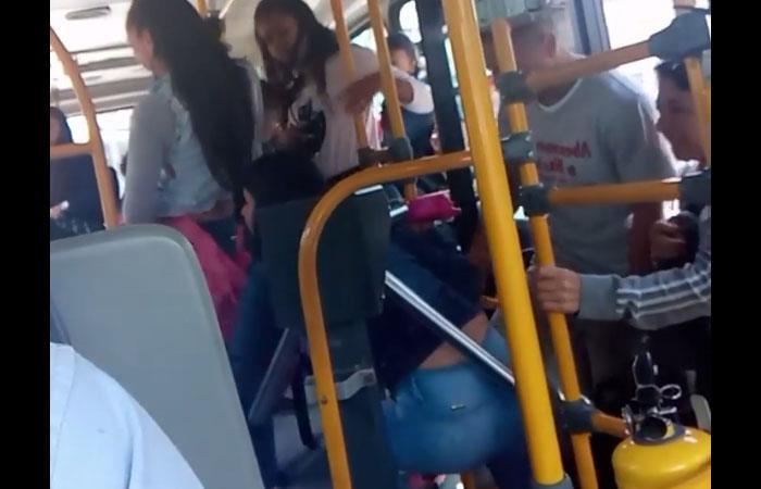Mujer colándose en un bus del Sitp, en la localidad de San Cristóbal (Bogotá). Foto: Twitter
