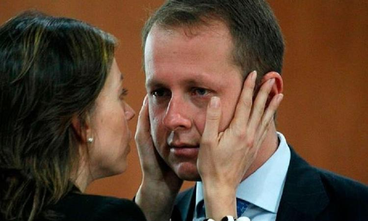 Andrés Felipe Arias, siendo consolado por su esposa Catalina Serrano. Foto: Twitter