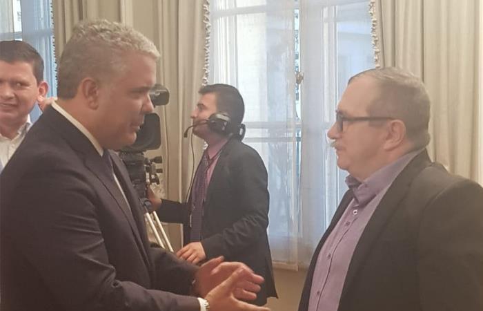 Conversación entre el presidente Iván Duque (izq) y el líder de la FARC, Rodrigo Londoño (der). Foto: Twitter