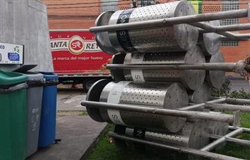 ¡El colmo! Así era como se pretendían robar ocho canecas de basura en Bogotá