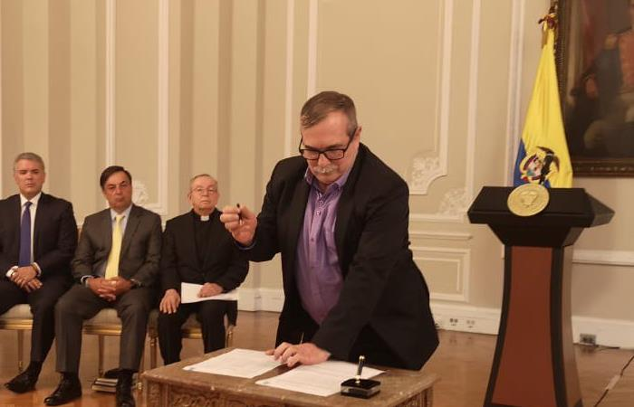 Rodrigo Londoño firmando el acuerdo por la no violencia para las próximas elecciones de 27 de octubre. Foto: Twitter