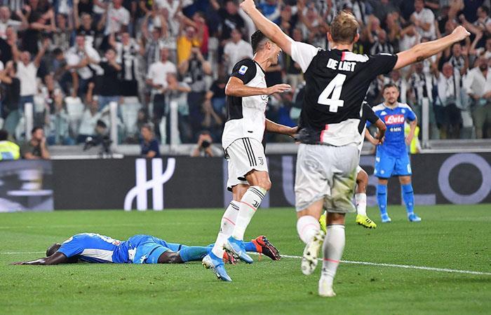 Un autogol de Koulibaly le arrebató el empate a Napoli. Foto: EFE