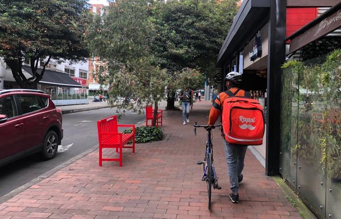 Trabajador de Rappi andando por una calle del norte de Bogotá. Foto: Twitter