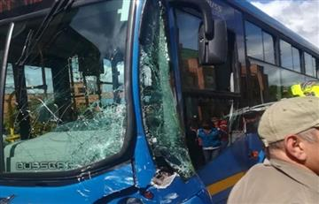 ¡Atención! Menores resultaron heridos por choque entre bus escolar y un SITP